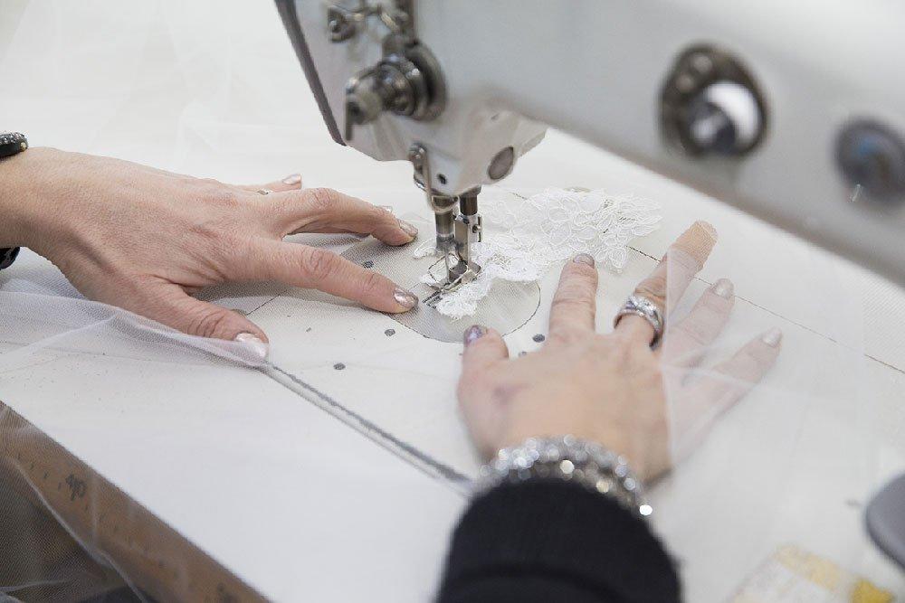 Le fasi di realizzazione di una collezione di abiti da sposa